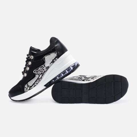 Fekete utcai cipő kígyómintás betéttel és strasszkövekkel