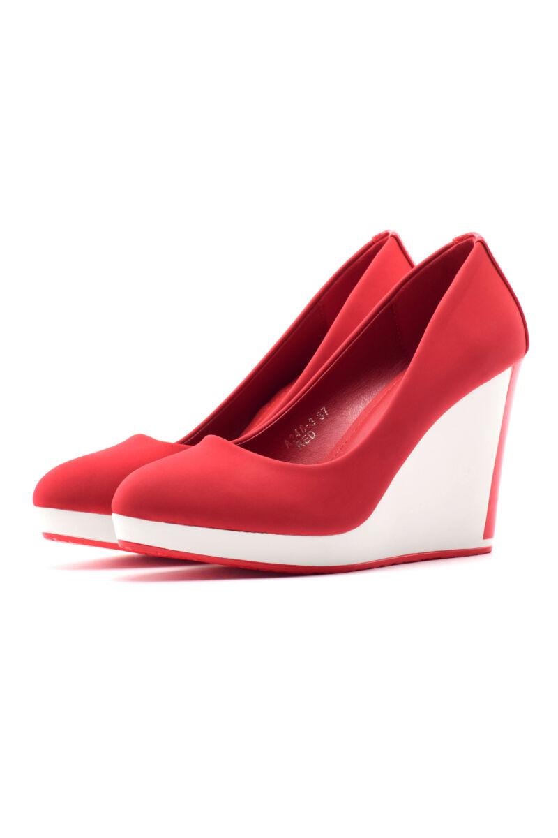 Piros női művelúr telitalpú cipő